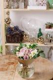 Florero de cristal con el ramo mezclado en la tabla de madera vida hermosa todavía de las flores frescas Fotografía de archivo libre de regalías