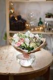Florero de cristal con el ramo mezclado en la tabla de madera vida hermosa todavía de las flores frescas Imagen de archivo