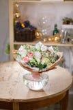 Florero de cristal con el ramo mezclado en la tabla de madera vida hermosa todavía de las flores frescas Fotos de archivo libres de regalías