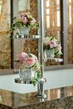 Florero de cristal con las flores, un ornamento hermoso en una boda Foto de archivo