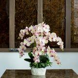 Florero de cristal con las flores, un ornamento hermoso en una boda Fotos de archivo libres de regalías