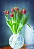 Florero de cristal con los tulipanes Foto de archivo