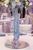 Florero de cristal de la decoración de lujo de la boda con las flores de rosas y del hydran Fotos de archivo