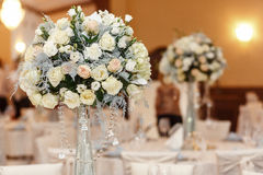 Florero de cristal de la decoración de lujo de la boda con las flores de rosas y del hydran Fotografía de archivo
