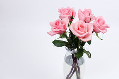 Florero de cristal de rosas rosadas Foto de archivo