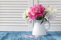 Florero de floraciones del peony fotos de archivo libres de regalías
