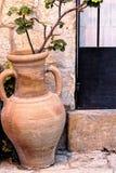 Florero de la arcilla con los oídos del jarro usados como pote de la planta Foto de archivo