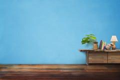 Florero de la cerámica de las plantas verdes en el cajón de madera en vintage azul vacío Foto de archivo libre de regalías
