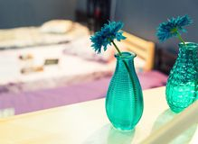 Florero de la flor azul con el interior colorido Fotos de archivo