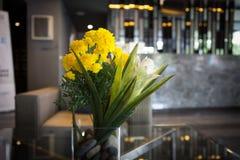 Florero de la maravilla en pasillo Foto de archivo