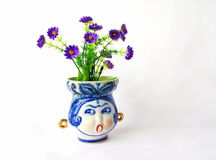 Florero de la porcelana con las flores Foto de archivo libre de regalías