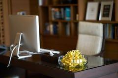 Florero de la tabla de trabajo en la oficina del sitio de la falta de definición del encargado o de la cabeza foto de archivo