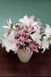 Florero de las flores blancas y rosadas Foto de archivo libre de regalías