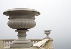 Florero de mármol. Una niebla de la mañana sobre el lago. imagen de archivo