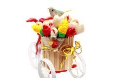 Florero de madera en una bici con un Birdy foto de archivo libre de regalías