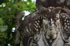 Florero de piedra con el sátiro, decoraciones del parque de Sintra, Portugal Foto de archivo
