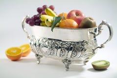Florero de plata con la fruta Imagen de archivo libre de regalías