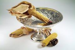Florero de plata con las mazorcas de maíz Fotografía de archivo libre de regalías