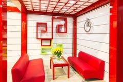 Florero de tulipanes amarillos en sala de estar moderna Fotos de archivo