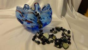 Florero de vidrio coloreado, con las gotas fotos de archivo