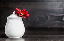 Florero decorativo blanco en la tabla foto de archivo