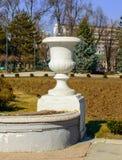 Florero decorativo en el parque imagen de archivo