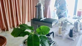 Florero del postre de la sandía del corte del primer en la tabla del restaurante en hotel almacen de video