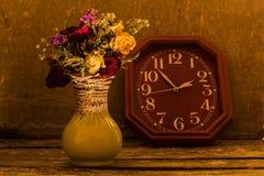 Florero del reloj secado de las flores Imagen de archivo libre de regalías