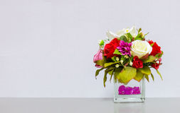 Florero hermoso en la esquina en Gray Background con Copyspace al texto de entrada usado como plantilla Fotografía de archivo libre de regalías