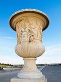 Florero hermoso en Versalles con el cielo azul Fotos de archivo