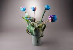 Florero por completo de un tulipán multicolor Foto de archivo