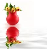 Florero rojo con las rosas imágenes de archivo libres de regalías
