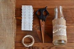 Florero, tijeras, arpillera, cordón, cordón Imagenes de archivo