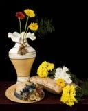 Florero y flores Imagenes de archivo