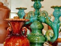 Florero y palmatoria de cerámica Cerámica de Latgalian Arte popular Letonia Tradicionalmente, los productos se pintan con refrena fotos de archivo