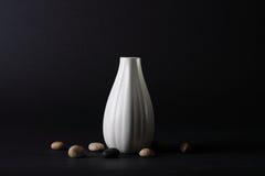 Florero y piedras Fotografía de archivo libre de regalías