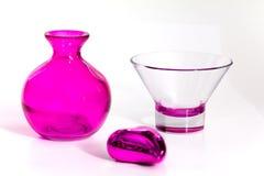 Florero y taza rosados en el fondo blanco Foto de archivo