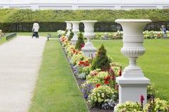 Floreros antiguos blancos en un parque del centro turístico Imagen de archivo libre de regalías