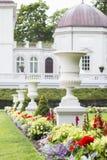 Floreros antiguos blancos en un parque del centro turístico Fotografía de archivo libre de regalías