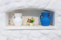 Floreros blancos del estilo griego y azules de cerámica Imagenes de archivo