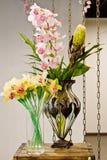 Floreros con las flores Fotos de archivo libres de regalías