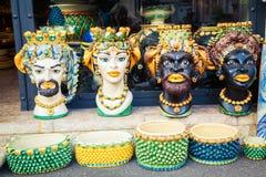 Floreros de cerámica bajo la forma de cabezas Imagenes de archivo