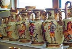 Floreros de cerámica con los temas antiguos pintados Imagen de archivo libre de regalías