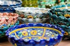 Floreros de cerámica del estampado de flores tradicional foto de archivo