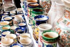Floreros de cerámica del estampado de flores tradicional imagen de archivo libre de regalías