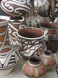 Floreros de cerámica diseñados coloridos de la cerámica de la arcilla Fotos de archivo libres de regalías