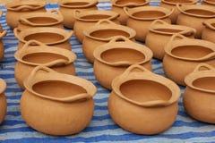 Floreros de cerámica de la cerámica de la arcilla roja en la tierra Imagen de archivo