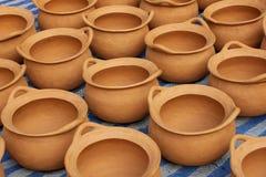 Floreros de cerámica de la cerámica de la arcilla roja en la tierra Fotografía de archivo