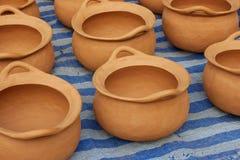 Floreros de cerámica de la cerámica de la arcilla roja en la tierra Foto de archivo libre de regalías