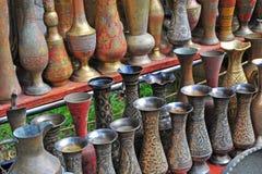 Floreros de cobre viejos en el mercado callejero de Baku Foto de archivo